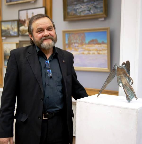 Записки о художниках Скульптор Степан Сагайко со свой работой, выставка в МОСХ, 2014 г.