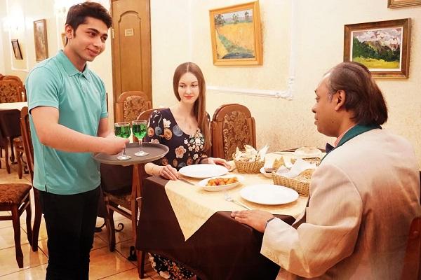 Эстрагон -- другое название этой пряности тархун, -- используется в напитках и в приготовлении многих блюд восточной и европейской кухни.