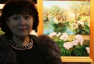 Художник  Лидия Тихонравова на фоне своей работы