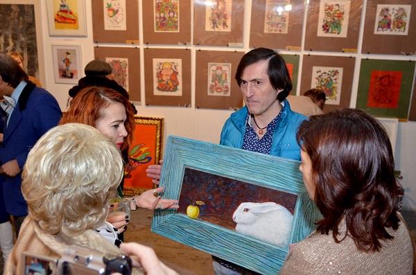 Художник Марат Кадышев знакомит со своими живописными работами гостей Творческой Мастерской Рябичевых