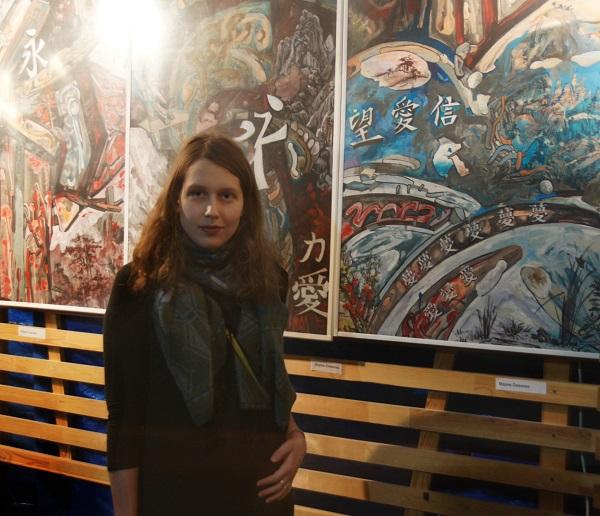Художник  Мария Сивкова  на фоне своих работ