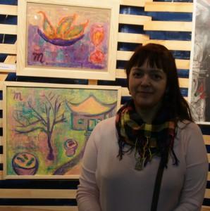Художник  Мария Туманова  на фоне своих работ