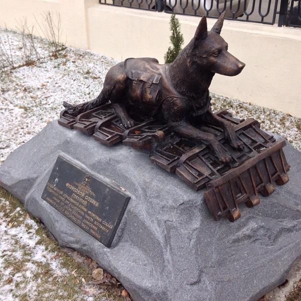 Памятник фронтовой собаке был установлен Российским военно-историческим обществом 21 июня 2013 года на Поклонной горе.  Автор проекта скульптор Андрей Коробцов Копия памятника была установлена у здания военно-исторического Общества зимой 2016 года и отлита в Творческой Мастерской Рябичевых