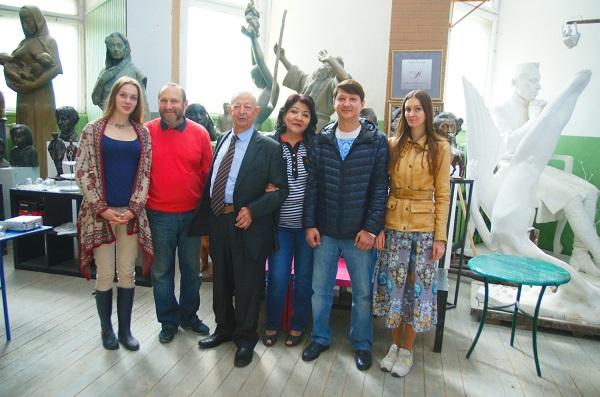 Баховадин Абдулсаидович с супругой Дильбар и сыном Бехзодом и Александр Рябичев с дочками Софией и Даниэлой