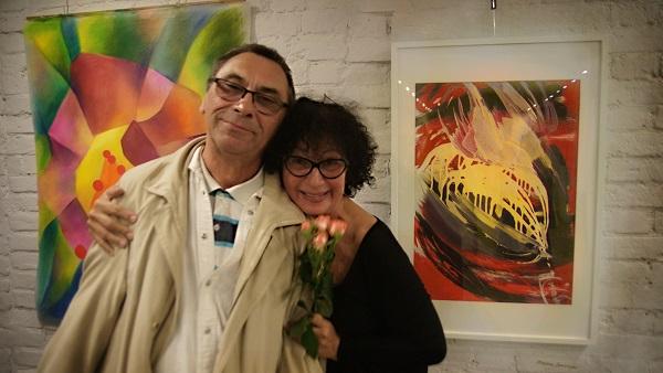 Участник выставки  Марина Лейзгольд с супругом на фоне своей работы (справа)