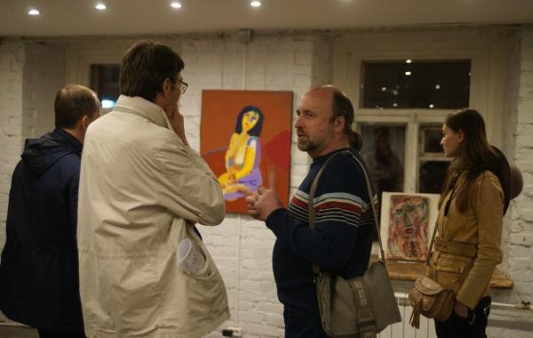 Художник Дмитрий Плотников с гостями выставки