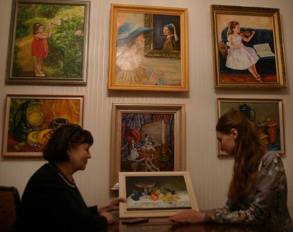 Лидия Тихонравова  показывает копию натюрморта Эмили Прейер