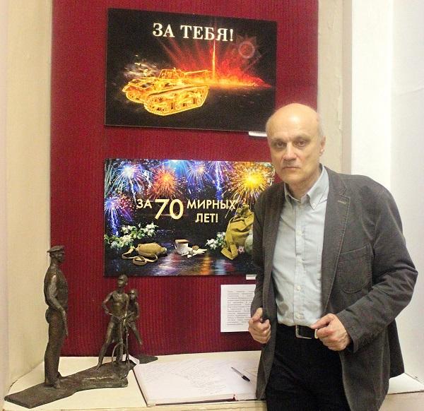 Сергей Погорелый на выставке,  посвященной Дню Победы в Студии В.В.Верещагина на фоне своих работ