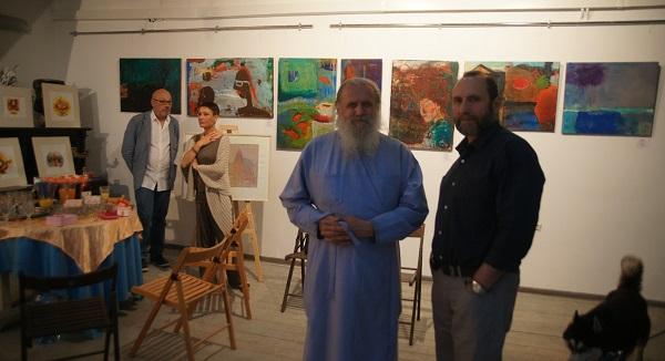 Священник отец Александр ( Александр Егоров) участник выставки и Александр Рябичев руководитель Творческой Мастерской