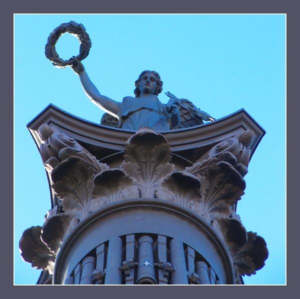 Богиня Ника увенчала  Колонну
