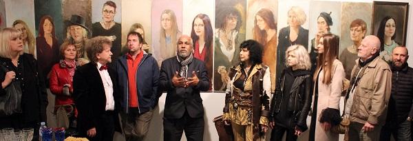 Омар Годинес (в центре) на открытии выставки