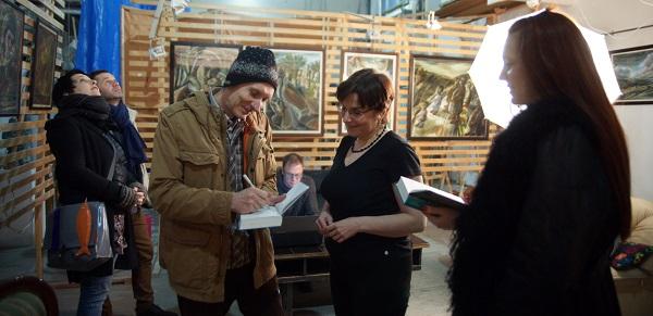 Выставка Юры в Творческой Мастерской Рябичевых Юрий Петкевич подписывает книгу Арт-Релиз.РФ