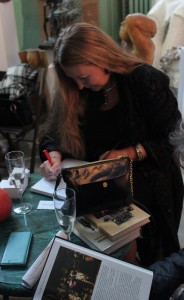 """Марина Пронякова  подписывает свою книгу  """"Просто о вкусном, или как получать удовольствие на кухне"""" на презентации  в Творческой Мастерской Рябичевых"""