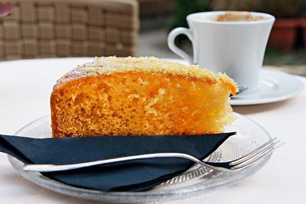 Марина Пронякова:  Этот рецепт в моей коллекции появился недавно. Я попробовала такой кекс в уличном кафе на крошечном Рыбачьем острове на озере Маджоре в Северной Италии. Нежный бархатный вкус, аромат лимонной цедры и неаполитанский жёлтый цвет – ну скажите, как можно не соблазниться?