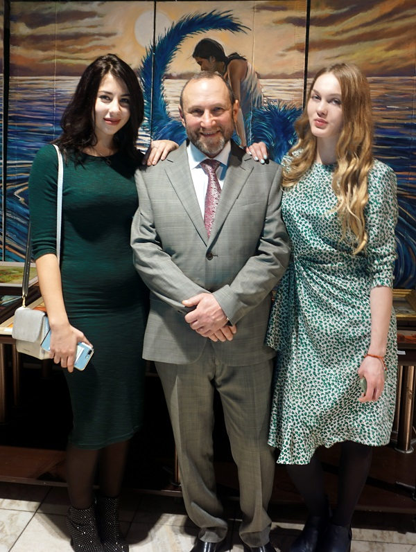 Александр Рябичев  руководитель Творческой Мастерской  с дочерью Даниэлой и ее подругой Натальей