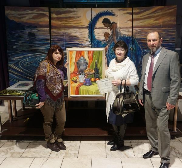 В центре кадра  участник выставки Лидия Тихонравова  с подругой (слева)  и руководитель Творческой Мастерской  скульптор Александр Рябичев