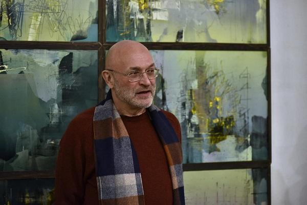 """Художник Даниил Меньшиков  на фоне своих работ  Выставка """"3.0"""" Aster Art Gallery в галерее """"На Каширке"""""""