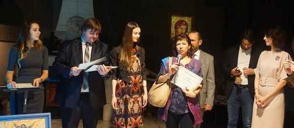 Натали Рахлина получает сертификат-благодарность от организаторов за участие в экспозиции