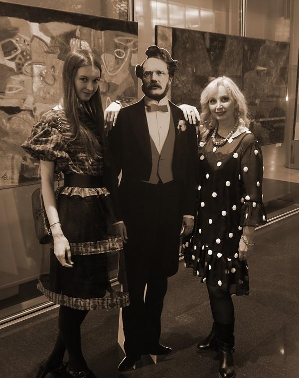 С Вернером фон Сименс, основателем компании, портрет которого установлен в холле Центрального офиса Представительства Simens в России