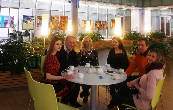 """Лариса Белима  с друзьями и коллегами на выставке """"Импровизация на тему..."""""""
