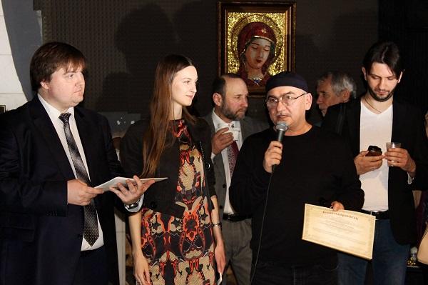 Награждение дипломом-благодарностью от организаторов Константина (Gandi) Полякова участника выставки Bona Mente