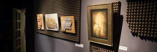 "Картина ""Ласка""  Омара Чхаидзе и далее триптих, подаренный галереей Wise Art Gallery автор Елена Карамушка (рельефы на дереве)"