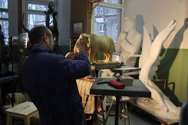 К индийской теме Александр Рябичев вернулся в конце прошлого года, с благодарностью вспоминая о длительных творческих командировках в Индию во время совместной работы с отцом скульптором Дмитрием Рябичевым