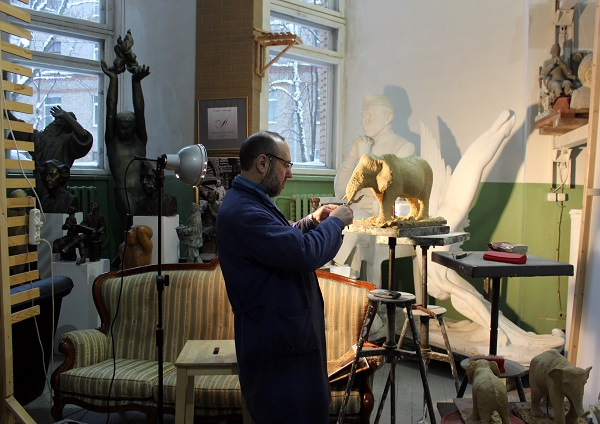 Александр Рябичев  за работой в своей студии фото:  Арт-Релиз.РФ