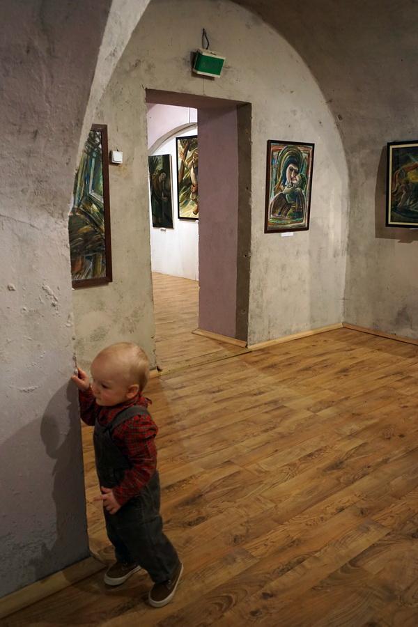 Маленький Марк  гость выставки Юрия Петкевича
