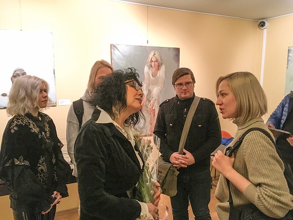 Татьяна Кузьмина-Чугунова  с гостями выставки