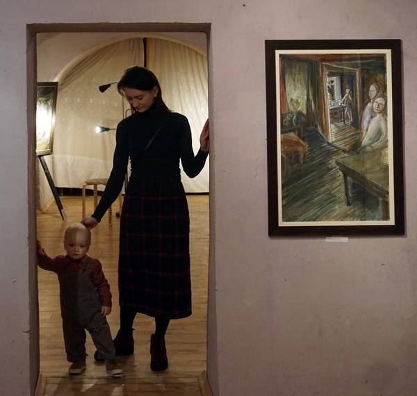 Картины Юрия Петкевича, описывающие простые жизненные ситуации, будто продолжают библейские сюжеты -- одну из главных тем Юрия, и, вникающий в глубину зритель видит, что и в изображении казалось бы, повседневной жизни происходит нечто важное. Эта случайная ситуация с малышом Марком, перекликается с картиной выставки Юрия Петкевича в галерее Нины Кибрик АРТЭРИя. Выставка Юрия Петкевича в крипте храма СВЯТОГО НИКОЛАЯ НА ТРЕХ ГОРАХ
