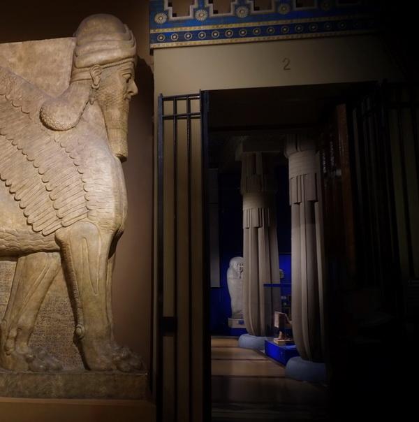 Крылатый лев из дворца Ашшурназирпала II. Слепок. 293 х 318 см. Подлинник - IX век до н.э., Британский музей, Лондон