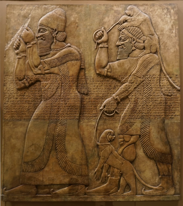 Рельеф, изображающий данников с обезьянами, предназначенными в дар царю. Слепок. 215 х 240 см. Подлинник - IX век до н.э., Британский музей, Лондон
