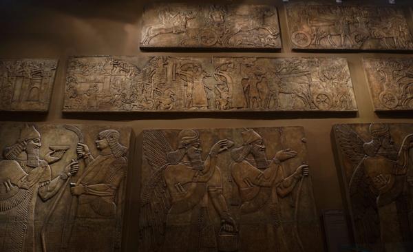 Слепки с рельефов из дворцов Ашшурнацирапала II в Кальху (совр. Нимруд, Ирак) и Саргона II в Дур-Шаррукине (совр Хрсабад, Ирак) оригинал Британский музей, Лондон; Лувр, Париж