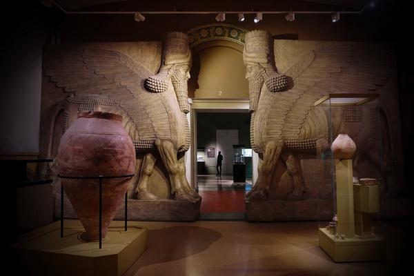 Шеду -- существо на пяти лапах с телом быка или льва, орлиными крыльями и головой человека. Такие каменные изваяния охраняли входы во дворцы и парадные залы