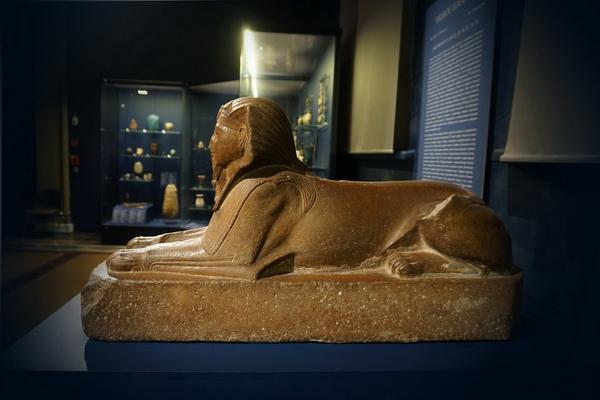 Сфинкс фараона Аменхотепа II Новое царство, 18 династия, время правления Аменхотепа II, ок. 1428–1397 до н. э. железистый песчаник Высота 42 см; длина 80 см; ширина 24 см Из коллекции В.С.Голенищева; происхождение: вероятно, Фивы В ГМИИ с 1911.