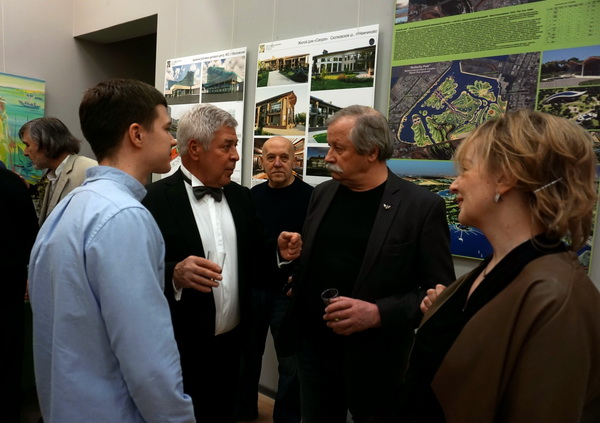 На открытии выставки  Евгений Окиншевич и Контстантин Худяков  в окружении коллег