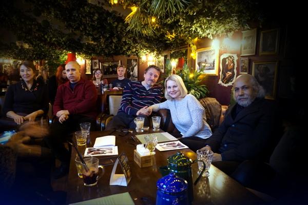 Друзья и коллеги Евгения Глобенко художники и поэты собрались в этот вечер в Мансарде известного клуба послушать стихи и джазовые импровизации