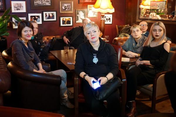 Художник Лиза Неклесса (слева) среди друзей на концерте программы Михаила Сапожникова TRANE ZEN ART. AVANT- GARDE JAZZ LABORATORY