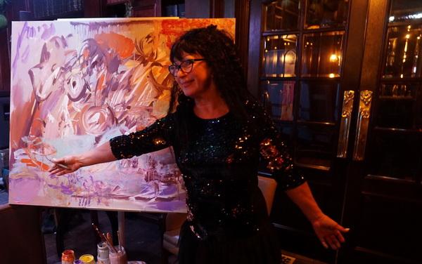 Художник  Марина Лейзгольд на фоне совместной работы  в рамках проекта Михаила Сапожникова TRANE ZEN ART