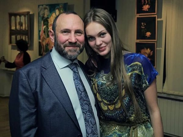 Александр Рябичев с дочерью Даниэлой на выставке работ династии Рябичевых