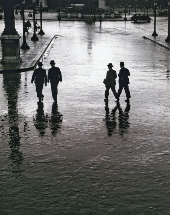 """Андре Кертес """"Сильный ливень в центре Парижа. Разлив Сены""""  Парвиж, Франция 1928 г."""