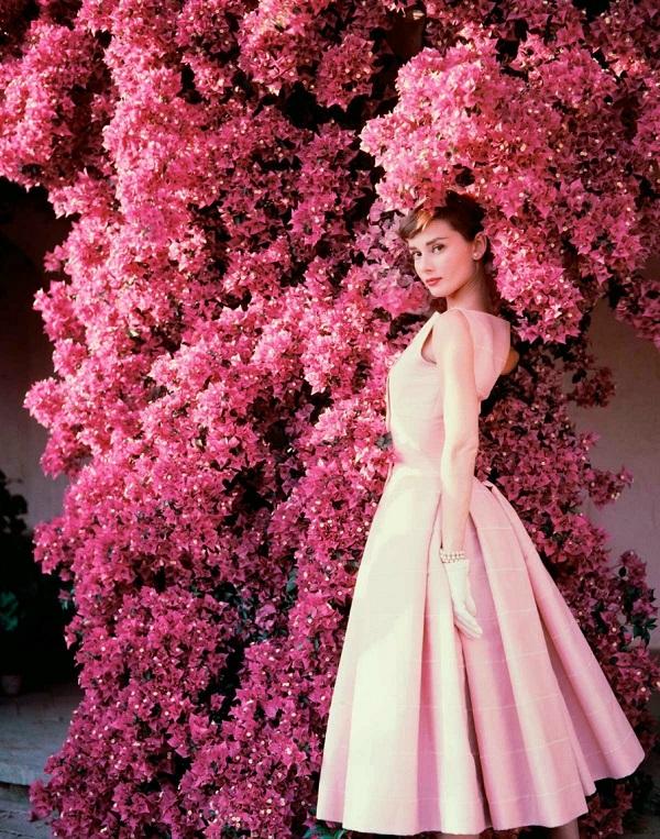 """Одри Хепберн На вилле """"Ла Винья"""" за пределами Рима, арендованной Одри и её мужем Мелом Феррером  август 1955 г.  Фото: Норман Паркинсон  для американского Vogue"""