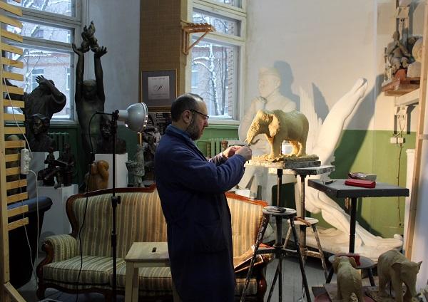 Руководитель Творческой мастерской Александр Рябичев за работой