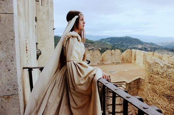 Даниэла Рябичева с историческом костюме в Норманнском замке-музее  Свадебное платье средневековой невесты Санта-Северина Италия, Калабрия фото Лариса Белима