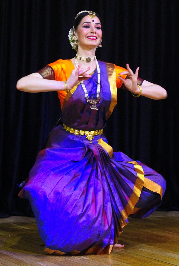 Культурный центр Дж. Неру  танцовщица на сценеАрт-Релиз.РФ