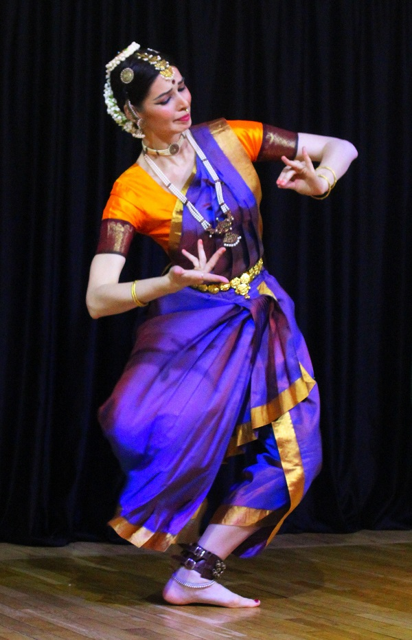 Культурный центр Дж. Неру  танцовщица на сцене....Арт-Релиз.РФ