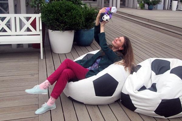 Анастасия Данилочкина искусствовед, художник, галерист, куратор художественных проектов побывала на празднике вместе с символом ЧМ-2018 в ее авторском исполнении