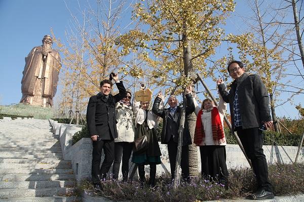 Российские и китайские участники экспедиции возле «Дерева Дружбы» на горе «НИШАНЬ» вблизи с памятником Конфуцию
