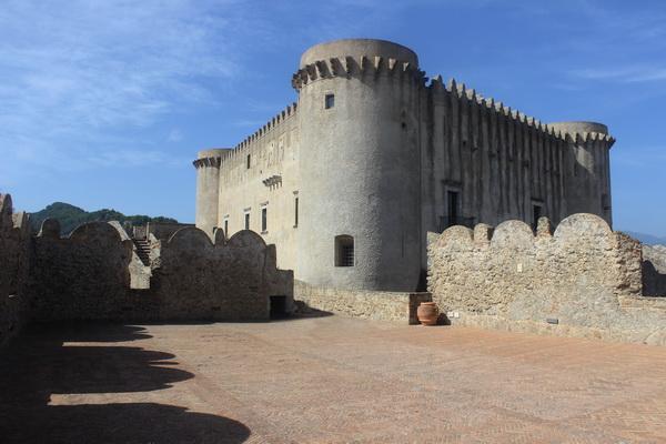 Поразительно то, что большинство строений в Санта-Северине остались в своем первозданном виде со времен средневековья. Одна из самых древних достопримечательностей -- Норманнский замок XI века.Здесь он как бы охраняет вход в надежно укрытый за каменными стенами город.  Фото Даниэла Рябичева